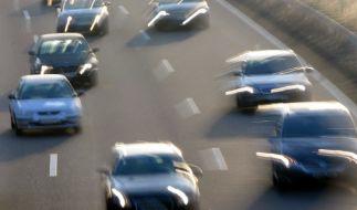Die Polizei schnappte zwei Raser nach einem illegalen Autorennen auf der A81. (Foto)