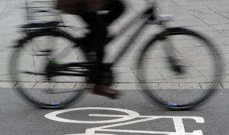 Eine Frau wurde im Vorbeifahren auf dem Fahrrad angegrapscht. (Symbolbild) (Foto)