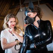 In Amsterdam muss Leila im Hundekostüm ihre Frau stehen.