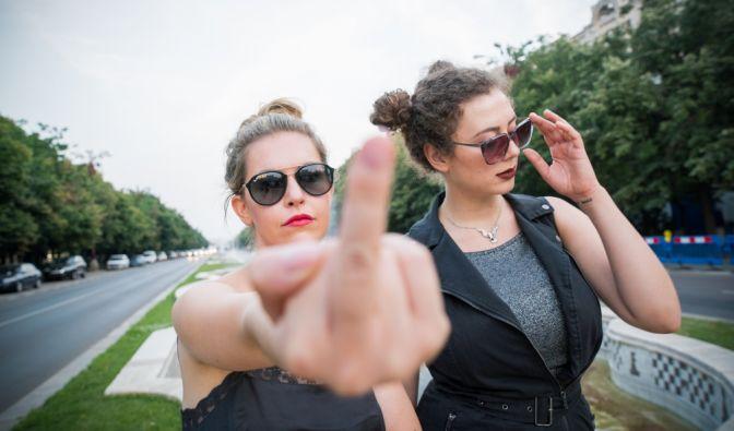 """Für """"Vendetta Lametta"""" reisen Ines Anioli und Leila Lowfire quer durch Europa und stellen sich gegenseitig den absurdesten Herausforderungen. (Foto)"""