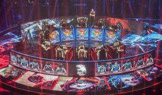 """Zwei Teams sitzen bei dem WM-Finale 2015 des Computer-Spiels """"League of Legends"""" vor ihren Computern. (Foto)"""