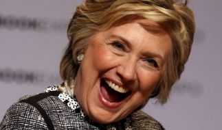 """Die ehemalige US-Außenministerin Hillary Clinton rechnet in ihrem neuen Buch """"What Happend"""" mit Donald Trump ab. (Foto)"""