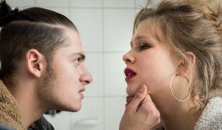 Cem (Samy Abdel Fattah) hat Caro (Anna Bachmann) geschlagen und droht ihr. (Foto)