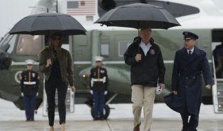 Donald Trump und seine Frau Melania auf dem Weg ins Flutgebiet. (Foto)