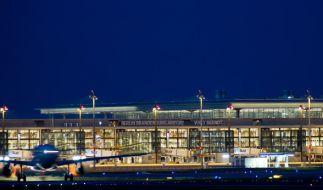 Noch nicht eröffnet und schon sitzen die ersten Passagier am BER fest. (Foto)