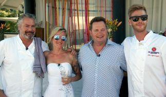 Das Brautpaar Cordi und René mit den Kochprofis Frank Oehler (li.) und Nils Egtermeyer. (Foto)