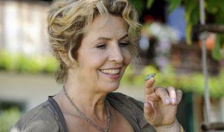 """Ein verzauberter Prinz? Teresa (Michaela May) mit einem kleinen """"Wetterfrosch"""". (Foto)"""