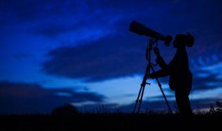 Im September flitzen einige Sternschnuppen über den Nachthimmel. (Foto)