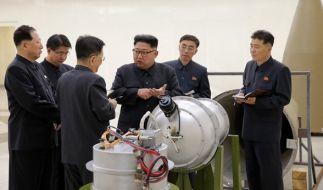 Die von der Regierung Nordkoreas am 03.09.2017 verbreitete Aufnahme zeigt Staatschef Kim Jong Un (M) bei der Inspektion eines angeblichen Wasserstoffbomben-Sprengkopfes. (Foto)
