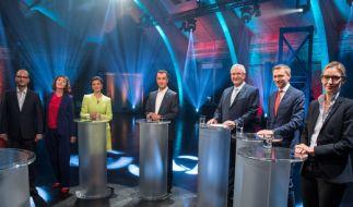 Die Moderatoren, Christian Nitsche und Sonia Seymour Mikich, Sahra Wagenknecht (Die Linke), Cem Özdemir (Bündnis 90/Die Grünen), Joachim Herrmann (CSU), Christian Lindner (FDP), und Alice Weidel (AfD). (Foto)