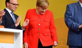 Bei einer Wahlkampfveranstaltung in Heidelberg wurde Angela Merkel von einer Tomate getroffen. (Foto)