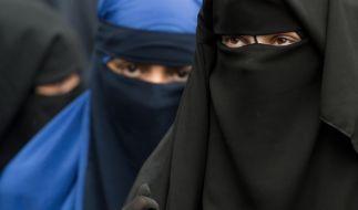 Eine Frau in einem Nikab soll eine Dessous-Verkäuferin überfallen haben. (Foto)