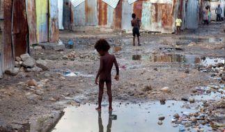 Ein Kind auf der Straße eines Armenviertels in Port-au-Prince (Haiti). Dort stationierte UN-Mitarbeiter seien auf den Hurrikan vorbereitet und stünden ebenfalls bereit, Nothilfe zu leisten, versicherte der UN-Sprecher Stéphane Dujarric. (Foto)