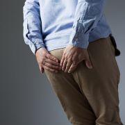 Not-OP! Mann schiebt sich Trinkglas in den Hintern (Foto)