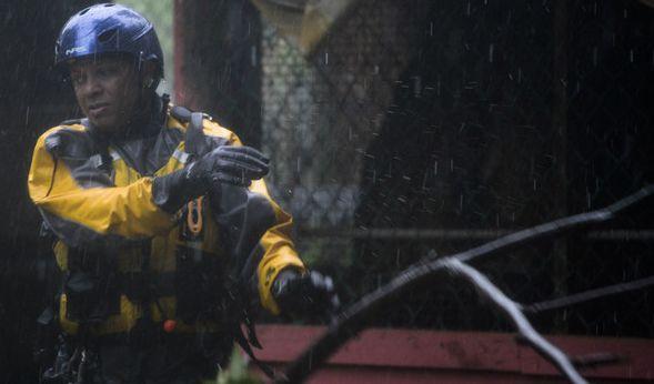 """Julio Feliciano, vom städischen Krisenmanagement, geht in Fajardo (Puerto Rico) durch die Straßen der Matelnillo-Gemeinde, um Bürger vor dem Hurrikan """"Irma"""" zu warnen und wenn nötig in Sicherheit zu bringen. (Foto)"""