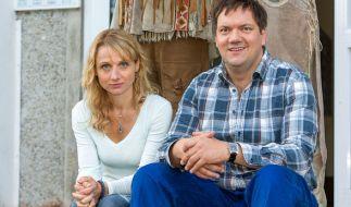 Hausmeister Roger Müller (Charly Hübner) ist in Ellen Bahlow (Christina Große) verliebt. (Foto)