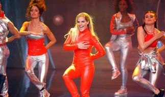 "Sängerin Sandy Mölling (M.) tanzt bei ihrem Solo zu Britney Spears ""Oops... I did it again"". (Foto)"
