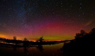 Polarlichter lassen den Nachthimmel über Deutschland in ungewohnten Farben erstrahlen. (Foto)