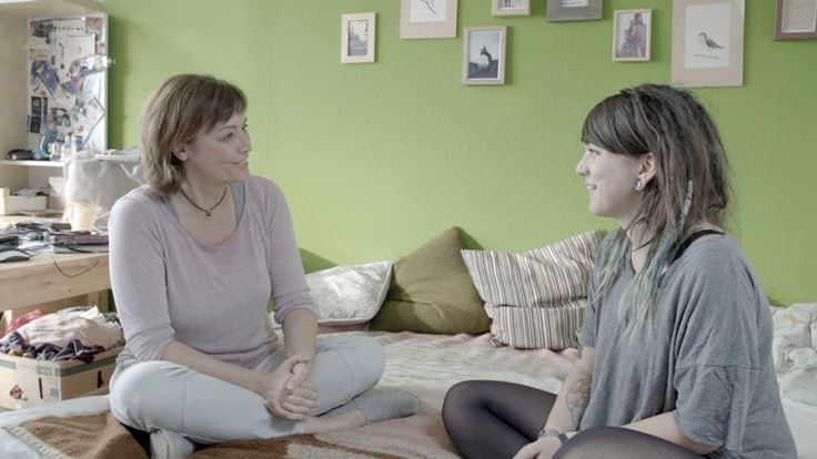 """""""Make Love - So, wie Du bist"""": Fritzi (r.) erzählt Ann-Marlene Henning, dass sie grundsätzlich keine Lust auf Geschlechtsverkehr hat. (Foto)"""