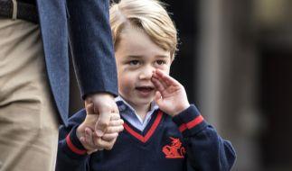 Prinz George (4) wirkte am ersten Schultag etwas eingeschüchtert. (Foto)