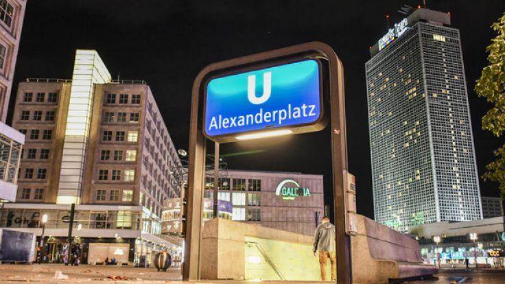 Auf dem Berliner Alexanderplatz wurde eine Frau belästigt, ihr Helfer brutal attackiert. (Foto)