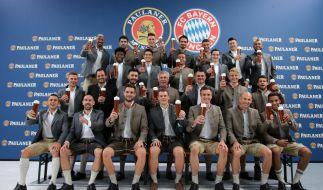 In zünftiger Tracht präsentiert sich der FC Bayern München vor dem Start des 184. Münchner Oktoberfestes. (Foto)
