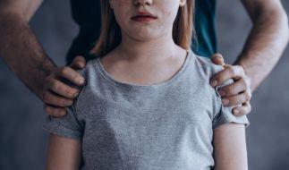 Ein Mann soll ein Mädchen (14) gezwungen haben, ihn zu küssen. (Foto)