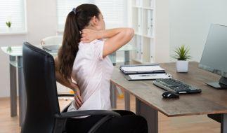 Wer viel sitzt, hat irgendwann mit Rückenschmerzen zu kämpfen. (Foto)