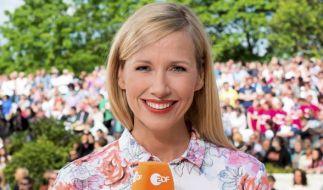 """Andrea Kiewel hat sich abermals eine illustre Gästeschar in den """"ZDF Fernsehgarten"""" eingeladen. (Foto)"""