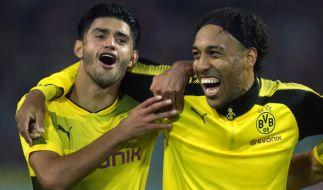 Mahmoud Dahoud (l) uns Pierre-Emerick Aubameyang stehen am Mittwoch mit Borussia Dortmund gegen den Hamburger SV auf dem Platz. (Foto)