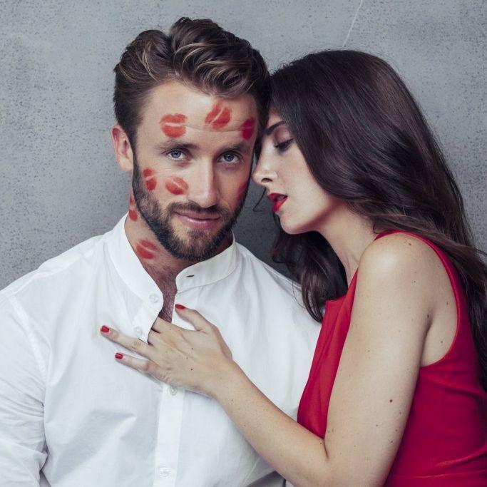 Erste Küsse beim Blind Date mit Augenbinde (Foto)