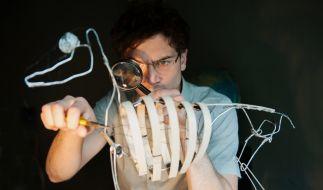 Nico Hellmann (Samuel Schneider) arbeitet akribisch an einem Tier-Modell. (Foto)