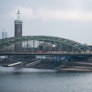 Antrag abgelehnt! Asylbewerber klettert auf Hohenzollernbrücke in Köln (Foto)
