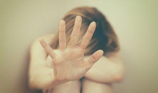 Die junge Frau wurde von den fünf Männern zu Boden gedrückt. (Foto)