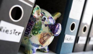 Ein Riester-Vertrag kann sich als Altersvorsorge in Zeiten niedriger Zinsen lohnen. Denn hier bekommen Sparer wenigstens staatliche Förderung. Foto: Alexander Heinl/dpa-tmn (Foto)