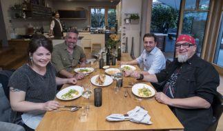 """Maria Groß, Gastgeber Roland Trettl, Ali Güngörmüs und Stefan Marquard geben sich bei """"Das perfekte Profi-Dinner"""" die Ehre. (Foto)"""