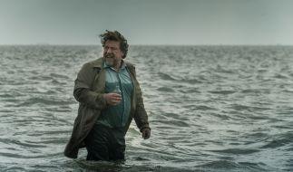 Fredo Schulz (Armin Rohde) ertränkt seine Trauer um Frau und Sohn im Alkohol. (Foto)