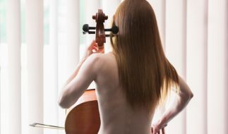 Theresa spielt nackt Cello. (Foto)