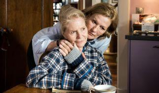 """Suzanne von Borsody (hinten) und Christiane Hörbiger (vorn) im ARD-Drama """"Die letzte Reise"""". (Foto)"""