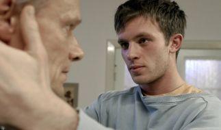 Simon (Jannis Niewöhner) spürt, dass Johannes (Edgar Selge) etwas für ihn empfindet, das über väterliche Sorge hinausgeht. (Foto)