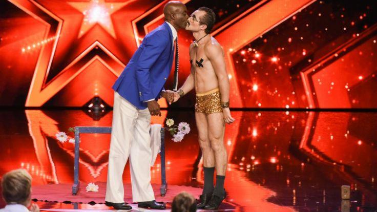 Bruce Darnell (l.) gibt Kandidat Raul Domingos Veiga einen Kuss. (Foto)