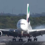 Ein Pilot musste all sein Können zeigen, um sicher in Düsseldorf zu landen.