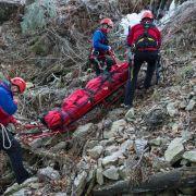 100 Helfer retten nach 13 Stunden Kleinkind (2) aus Felsspalte (Foto)