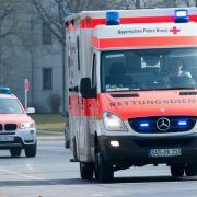 Fußgänger stirbt nach Kollision mit Notarztwagen (Foto)