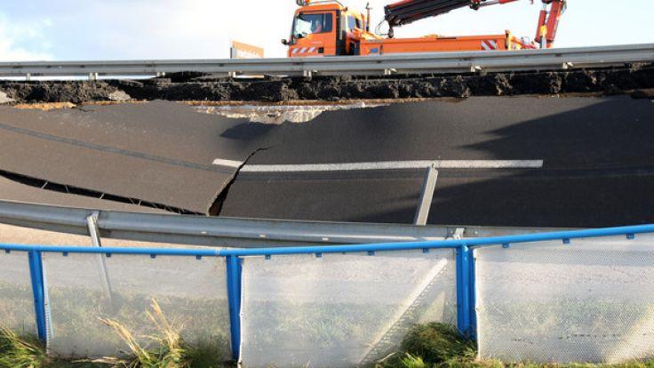 Die Fahrbahn in Richtung Westen war Ende September auf rund 100 Metern Länge etwa einen halben Meter abgesackt, jetzt ist sie metertief weggebrochen.