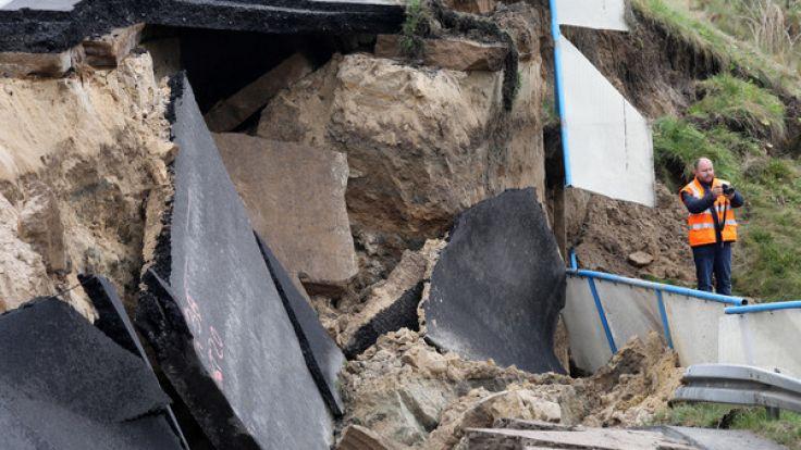 Gigantische Trümmerteile machen das Ausmaß des Schadens deutlich.