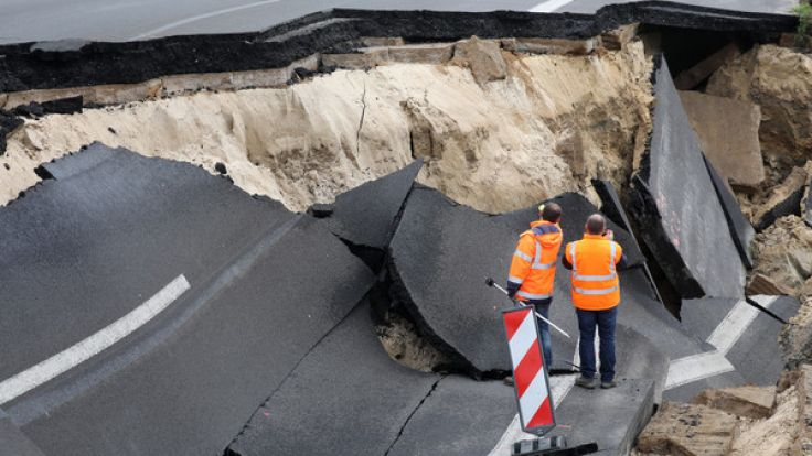 Das abgesackte Autobahnteilstück der A20 an der Trebeltalbrücke bei Tribsees (Mecklenburg-Vorpommern) wird von Fachleuten begutachtet.