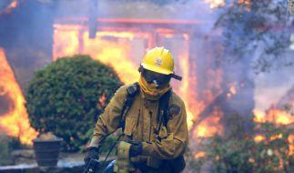 Ein Feuerwehrmannin kämpft Anaheim (Kalifornien) gegen die Flammen. (Foto)