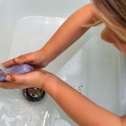 Wie Kinder richtig ihre Hände waschen und das Infektionsrisiko mindern (Foto)