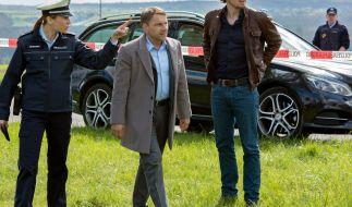 Kommissare Lannert (Richy Müller) und Bootz (Felix Klare) erreichen den Tatort. (Foto)
